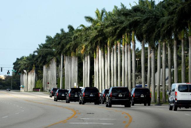 川普前往佛州度假,護衛車隊浩浩蕩蕩的一字排開。(路透)
