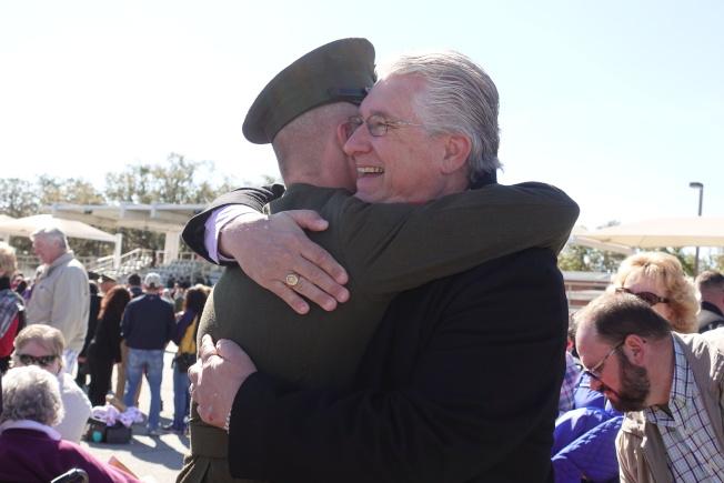新兵通過考驗,在畢業典禮與家人相擁。(記者金春香/攝影)