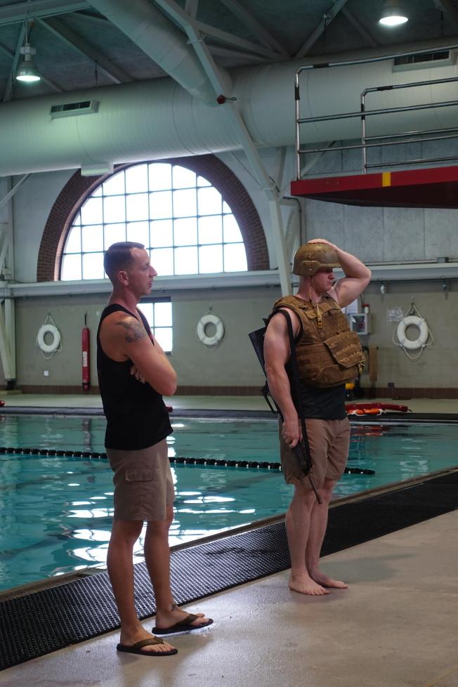水中訓練包括戴鋼盔、帶著槍游泳。(記者金春香/攝影)