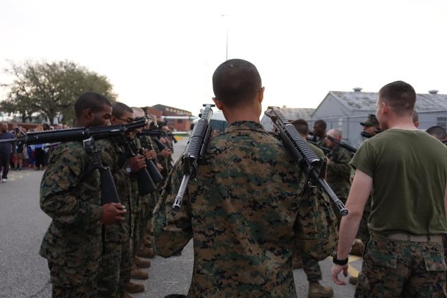 新兵扛著槍進行訓練。(記者金春香/攝影)