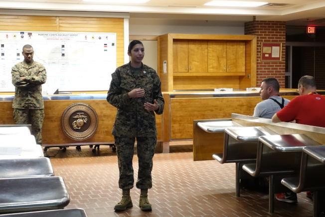 女陸戰隊士兵Micki向教育從業人員講述軍中生活。(記者金春香/攝影)