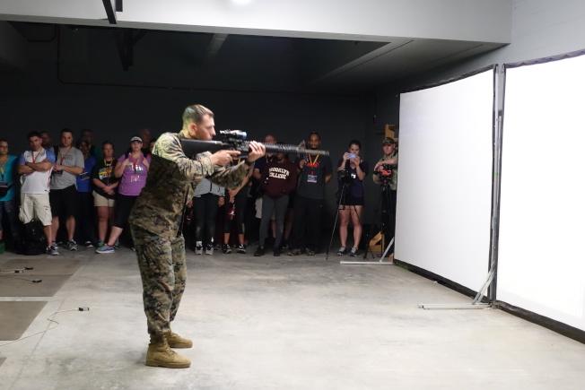 教官示範射擊訓練。(記者金春香/攝影)