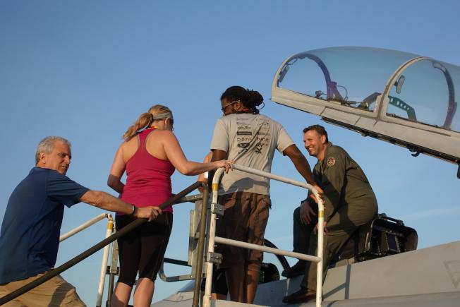 帕里斯島基地的戰機飛行員向訪客介紹他的座駕。(記者金春香/攝影)