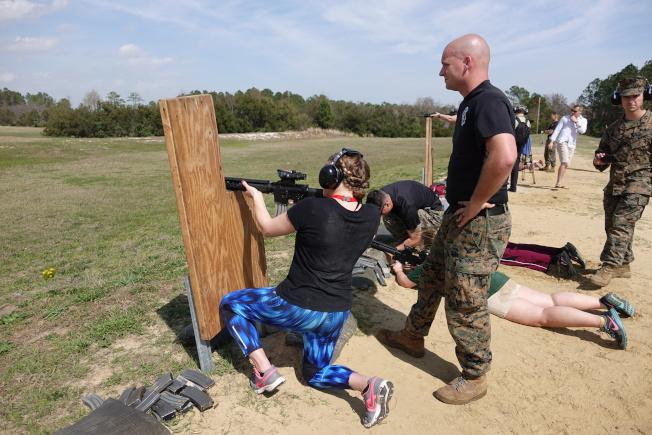 戰場上不分性別,女兵也要接受射擊訓練。(記者金春香/攝影)