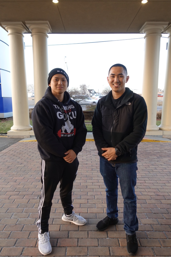 Kenny Chang(右)和Phuong Tran是陸戰隊的亞裔戰友。(記者金春香/攝影)