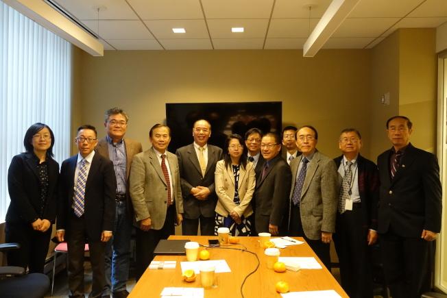 顏邦傑(左五)與國際華人交通運輸協會美國東北分會主幹成員交流運輸信息。(記者金春香/攝影)