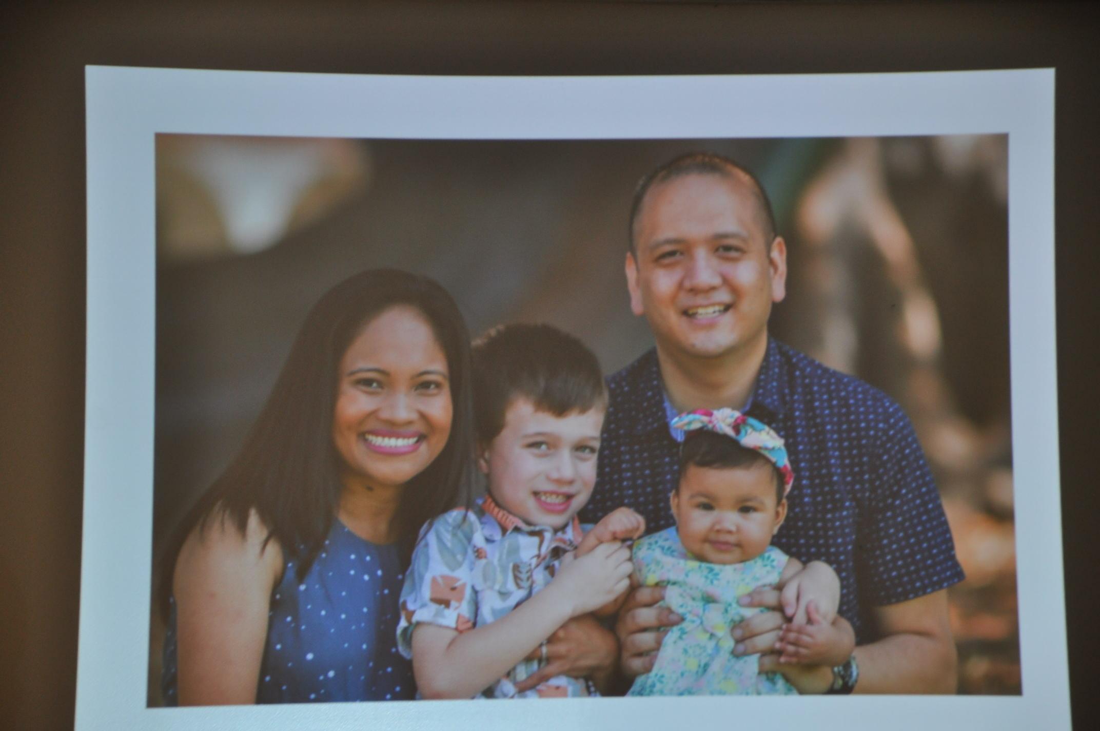 Brandon周夫婦和領養的孩子。(記者張越/翻拍)
