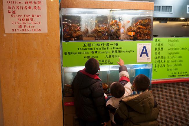 華人喜吃龍蝦大餐。紐約市皇后區法拉盛新世界廣場,一處供應龍蝦大餐的餐廳。(Getty Images)