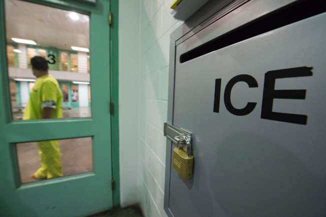 川普政府下一年度預算要求增加移民局探員人手,嚴格執行移民法及行政命令。圖為在德州的一處移民局拘留所。(美聯社)