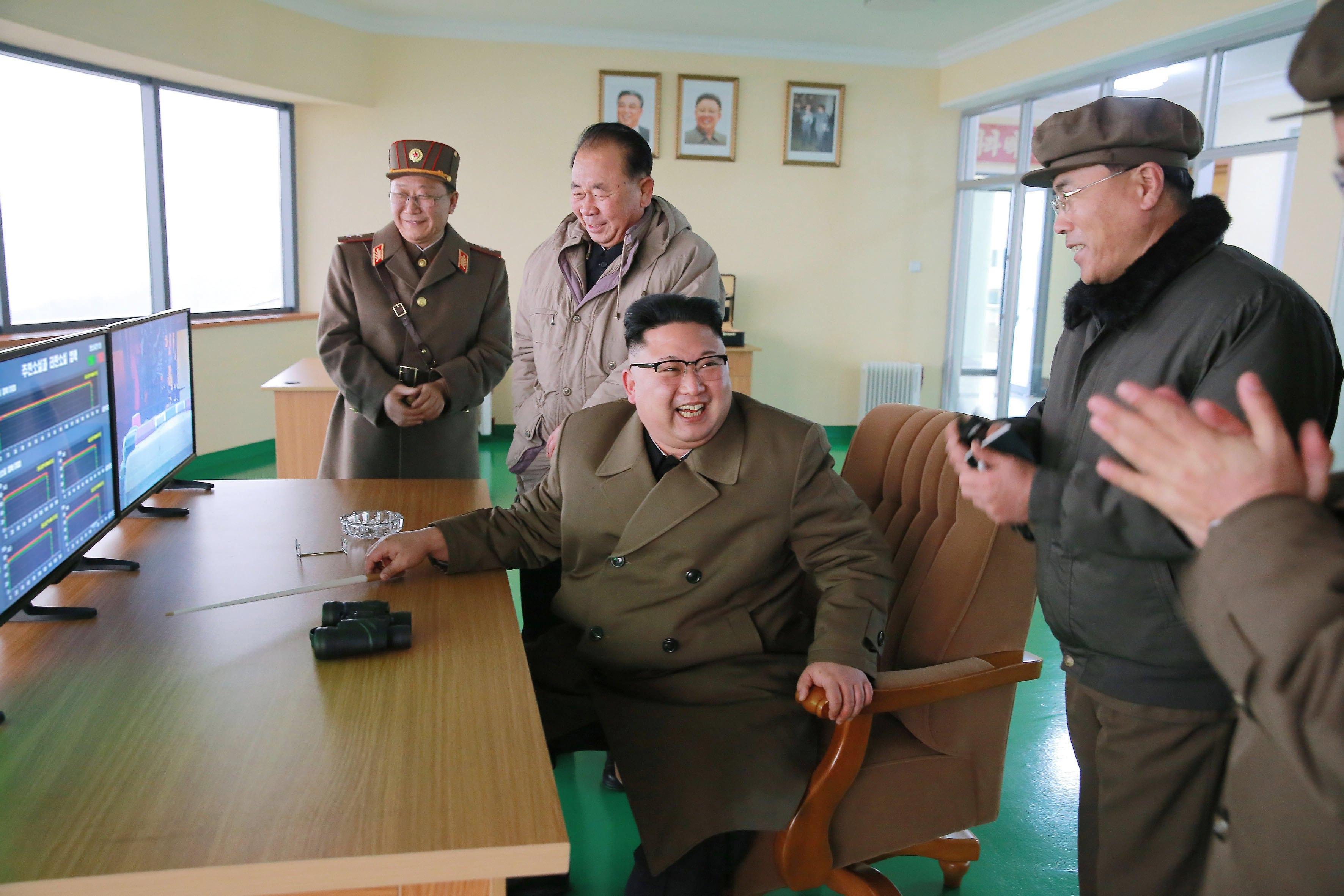 正值美國國務卿提勒森在中國訪問之際,北韓再次公然挑釁,19日高調宣布前一天成功測試新型大功率火箭引擎的地面點火,表示洲際導彈發展能力已進入收尾階段,對美國構成實質潛在壓力。圖為北韓領導人金正恩親自督導測試,對成功測試表達高興。 (歐新社)