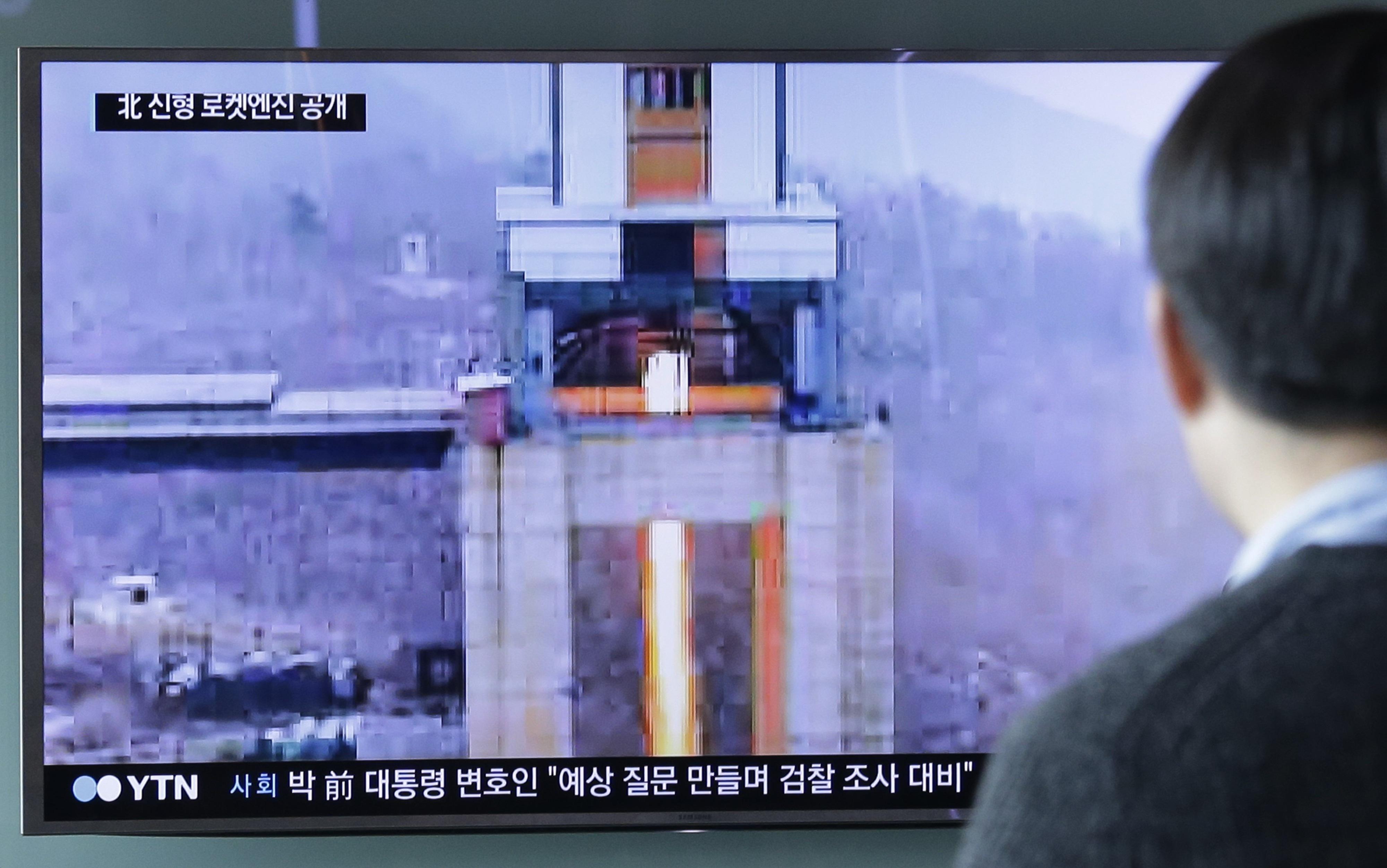 正值美國國務卿提勒森在中國訪問之際,北韓再次公然挑釁,19日高調宣布前一天成功測試新型大功率火箭引擎的地面點火,表示洲際導彈發展能力已進入收尾階段,對美國構成實質潛在壓力。圖為民眾觀看測試報導。 (美聯社)