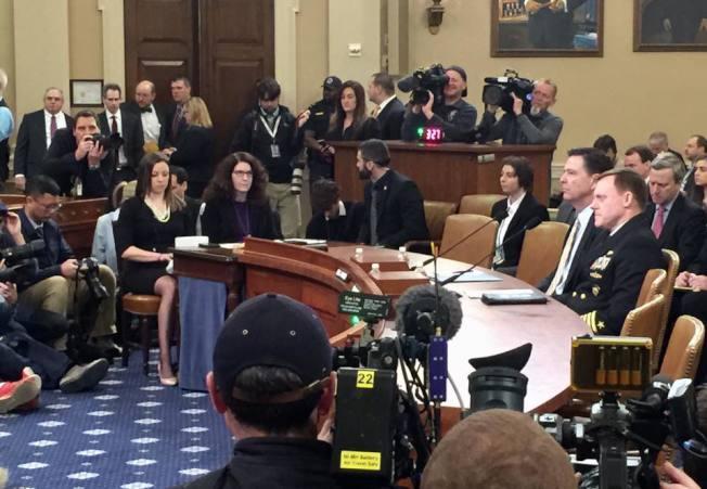 FBI局長柯米和國情局局長羅傑斯出席國會眾院情報委員會聽證會。(特派員許惠敏/攝影)