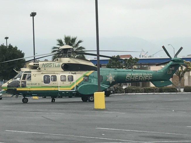 警方出動直升機調查此案,截止上午11時半,直升機仍停在K Mart廣場前停車場等待指令。(記者高梓原/攝影)