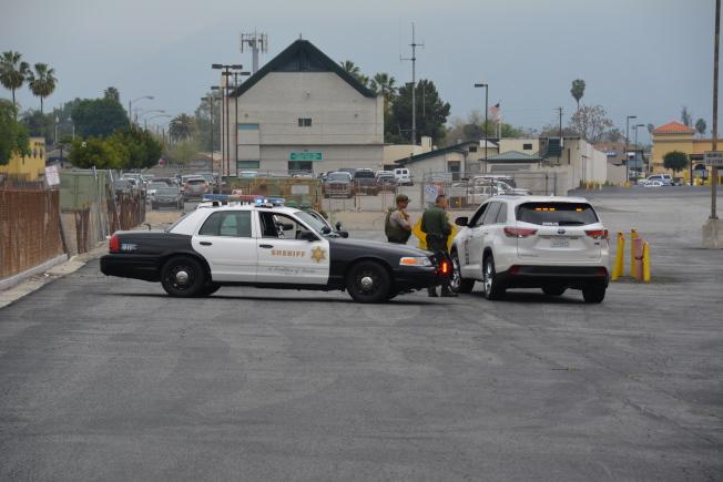 圖二,通往警局停車場的小路也被警方隔離封鎖。(記者高梓原/攝影)