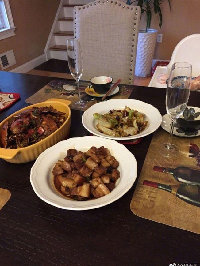 「鳳姐」羅玉鳳曬出一張美食照,照片中背景房間的裝修顯得很豪氣,餐桌餐具都很講究,還配有高腳杯飲香檳,只是配菜中卻見到了紅燒肉。微博