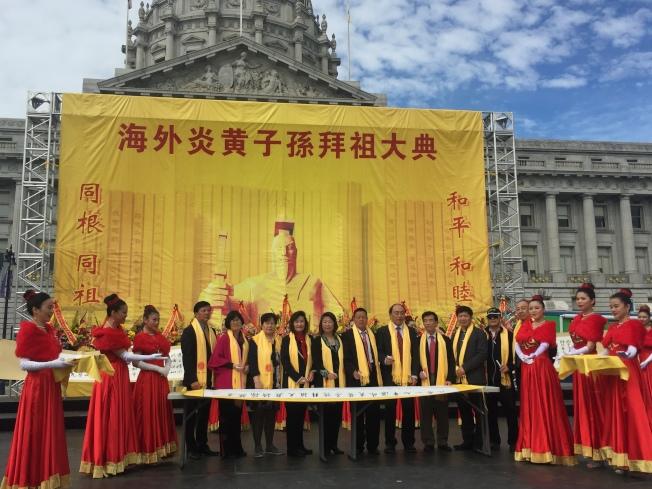 僑領、華人、華僑代表在精美的祈福畫卷上簽名,祈福國泰民安,世界和平。(記者黃少華/攝影)