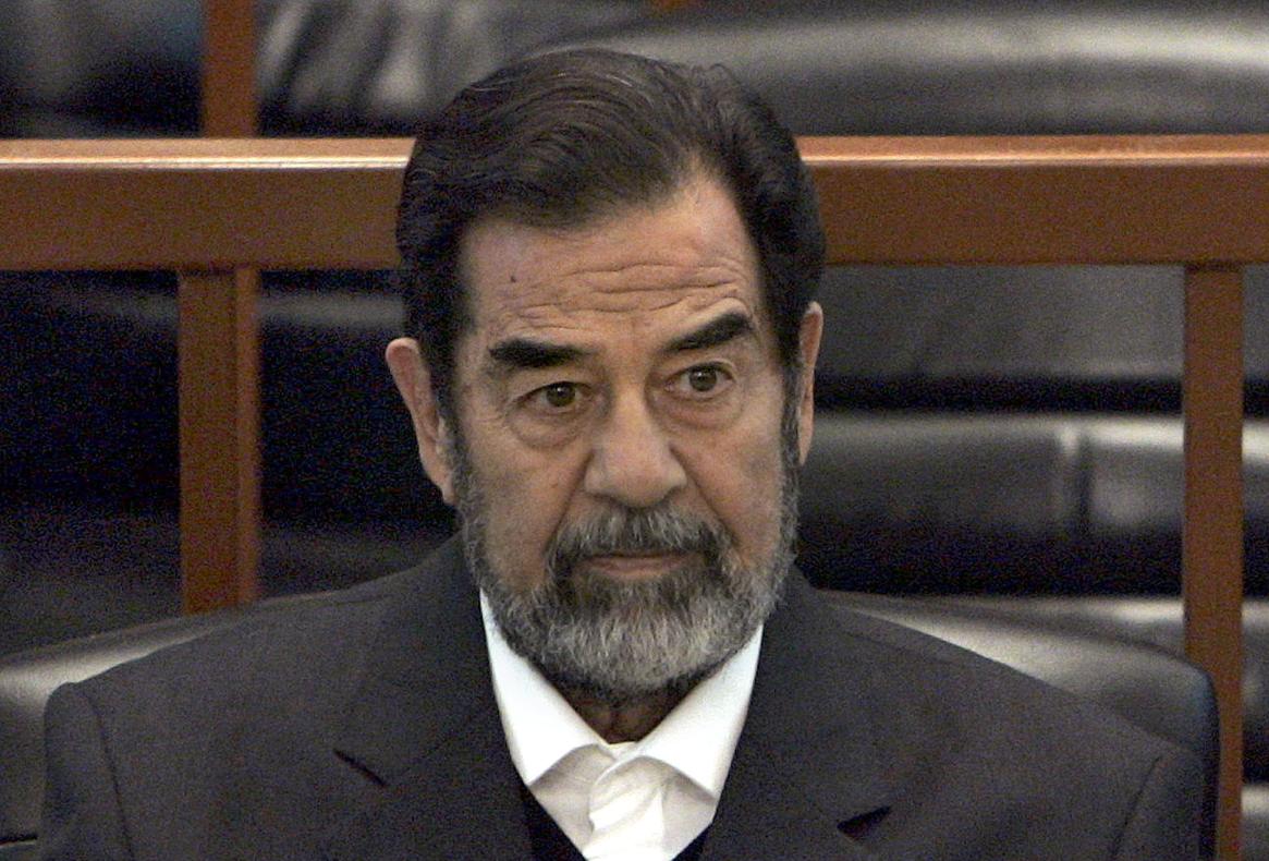 伊拉克已故獨裁者海珊受審。美聯社