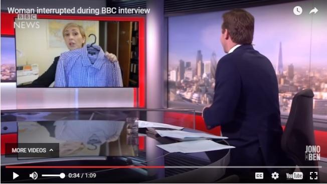 惡搞影片中,女教授正在與主播連線,一邊受訪一邊做家事,比如清理襯衫灰塵。(截圖取自Jono and Ben YouTube頻道)