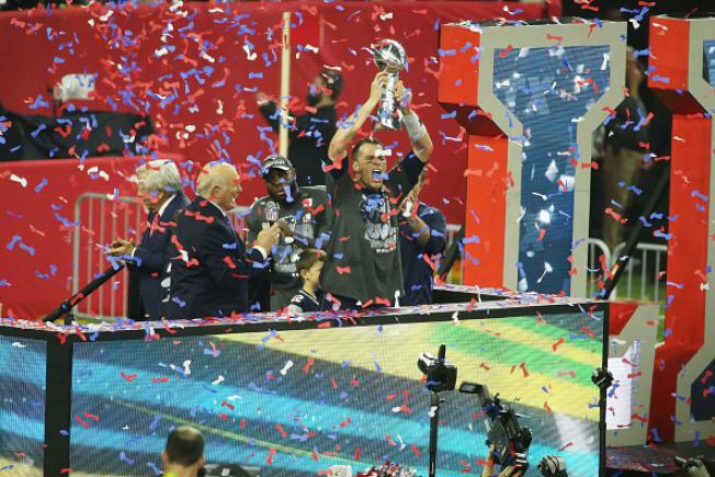 去年11月超級盃大賽結束,新英格蘭「愛國者隊」逆轉勝,寫下多項超級盃歷史。愛國者隊的超級大功臣四分衛布雷迪,當選為當年最有價值球員,他高舉逆轉勝得來的超級盃。(Getty Images)