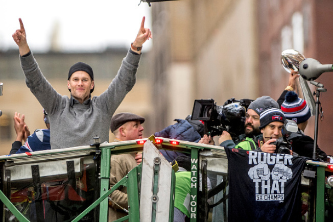 去年11月超級盃大賽結束,新英格蘭「愛國者隊」逆轉勝,寫下多項超級盃歷史。但愛國者隊的超級大功臣四分衛、最有價值球員布雷迪(左),回到波士頓,接受勝利大遊行。(Getty Images)