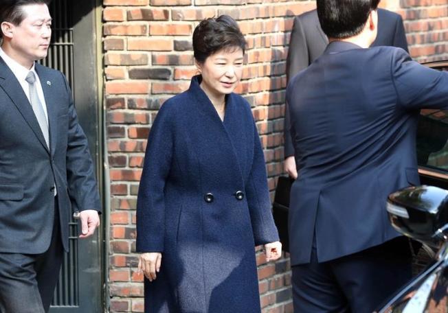 南韓遭罷黜的前總統朴槿惠(中)以刑事嫌犯身分抵達檢察廳應訊時,在媒體面前向全國道歉。(韓聯社提供)