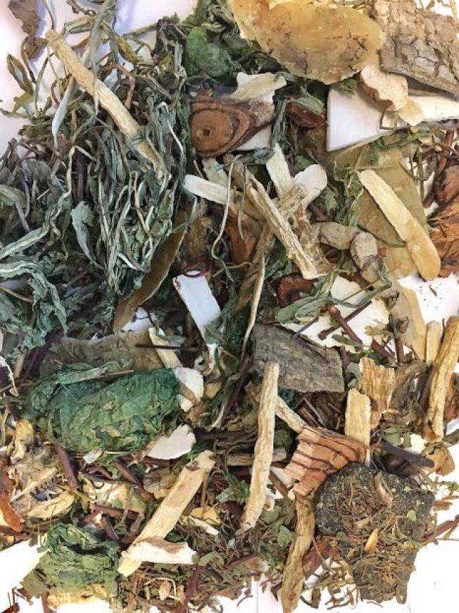 兩名病人是吃下圖中的有毒中藥茶後身體嚴重不適,男病人已出院,女病人死亡。(舊金山衛生局提供)
