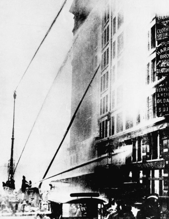 三角衣廠發生大火,雲梯車只能達到六樓。(美聯社)