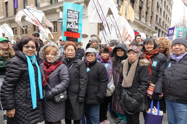 紐約工人聯盟23-25分會華裔成員在集會現場。(記者金春香/攝影)