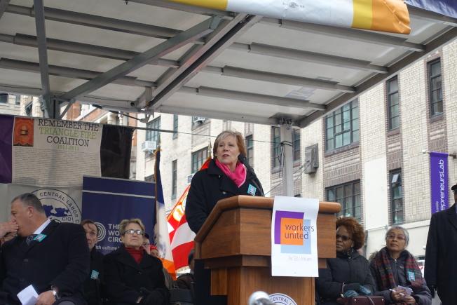 紐約州勞工主計長Roberta Reardon在三角衣廠慘劇106周年悼念活動。(記者金春香/攝影)