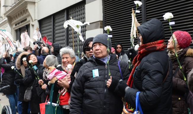 紀念三角衣廠大火106周年,大紐約地區華裔車衣工人代表24日在曼哈頓華盛頓街與格林街交口的原衣廠大樓舉行紀念會,並為146位罹難者獻花。(記者許振輝/攝影)