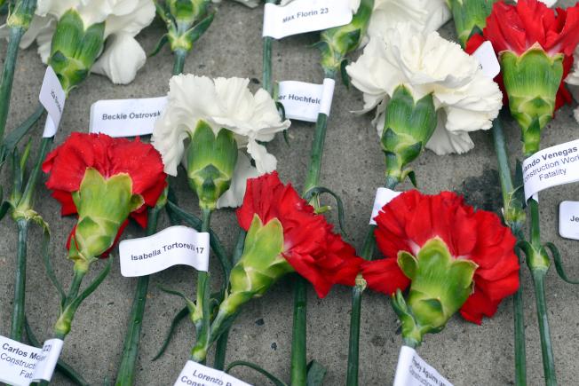 146朵花繫上罹難者的名字及年齡。(記者許振輝/攝影)