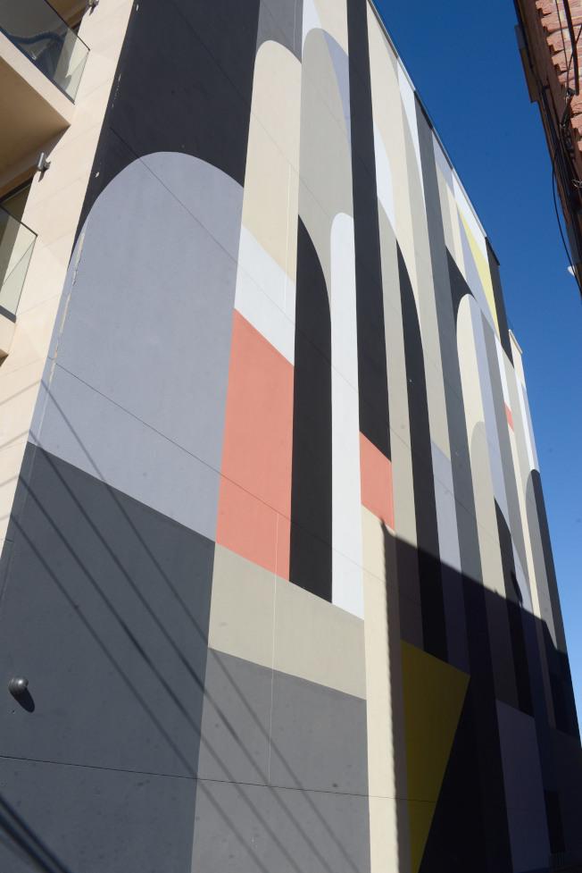塗鴉藝術家Tony Sjoman在「Graffiti House」的外牆創作。(記者許振輝/攝影)