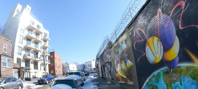 「Graffiti House」(左)在阿斯托利亞塗鴉區。(記者許振輝/攝影)