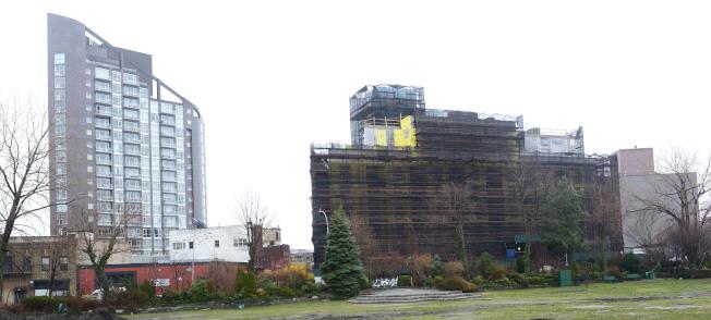 阿斯托利亞藉著鄰東河與曼哈頓相望的優勢,水岸住宅興起,位於Vernon Blvd上的「Vernon Towers」(右)正在興建中。(記者許振輝/攝影)