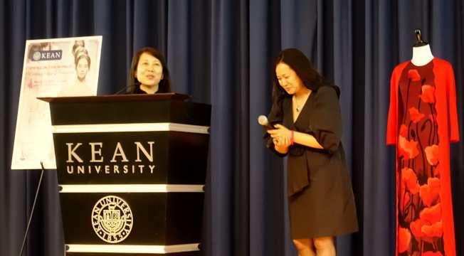 北京服裝學院服裝藝術設計系副主任、設計師郭瑞萍(左),與肯恩大學亞洲研究主任孔旭榮(右)在論壇上。(記者謝哲澍/攝影)