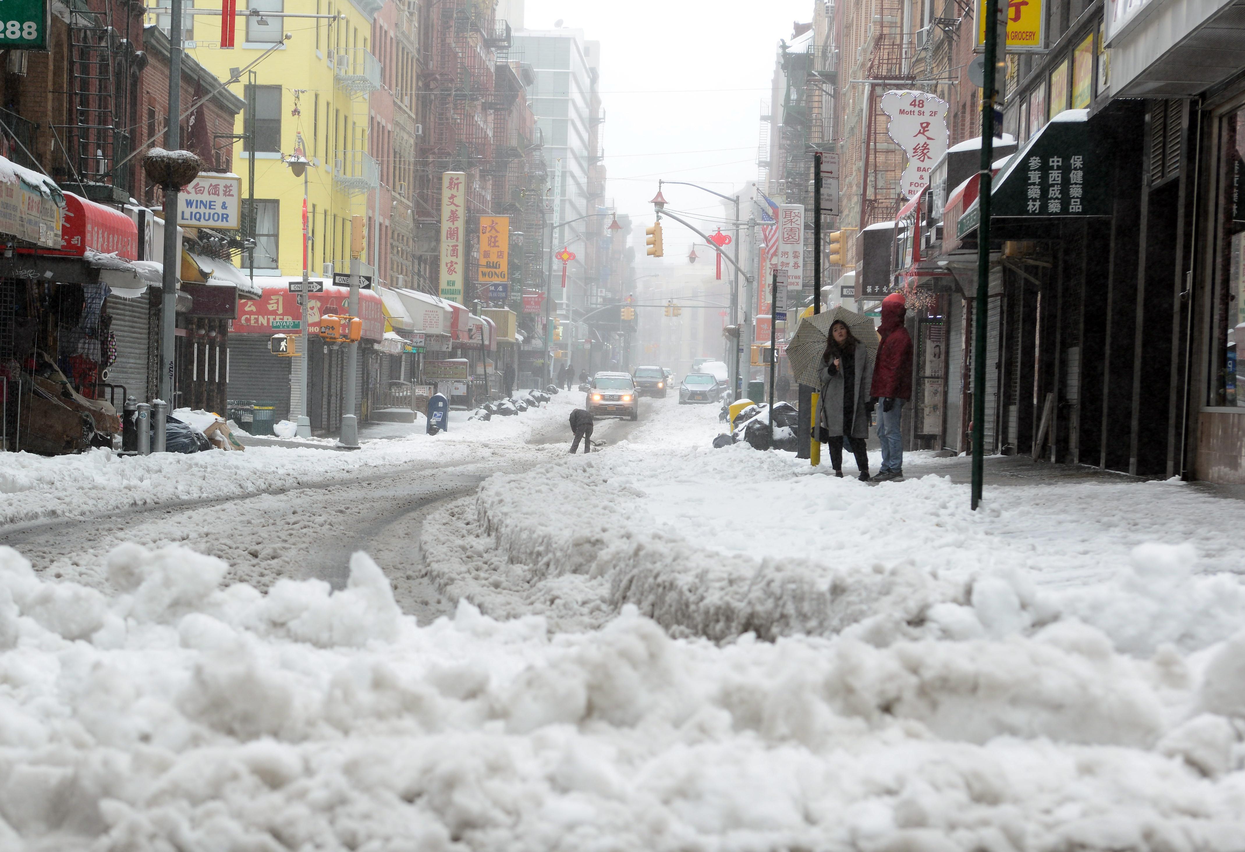 暴風雪「史帝拉」14日來襲,紐約市區曼哈頓華埠處處積著白雪。(記者許振輝/攝影)