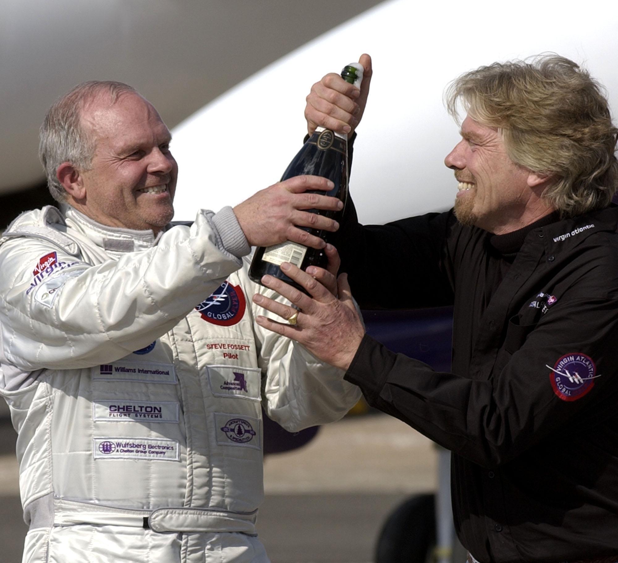 Fossett於2005年3月1日駕駛的「維珍航空環球飛行者」號返回起點Salina機場。贊助他完成壯舉的維珍航空創辦人布蘭森(Richard Branson)在機場開香檳慶賀。文:許振輝/圖:美聯社