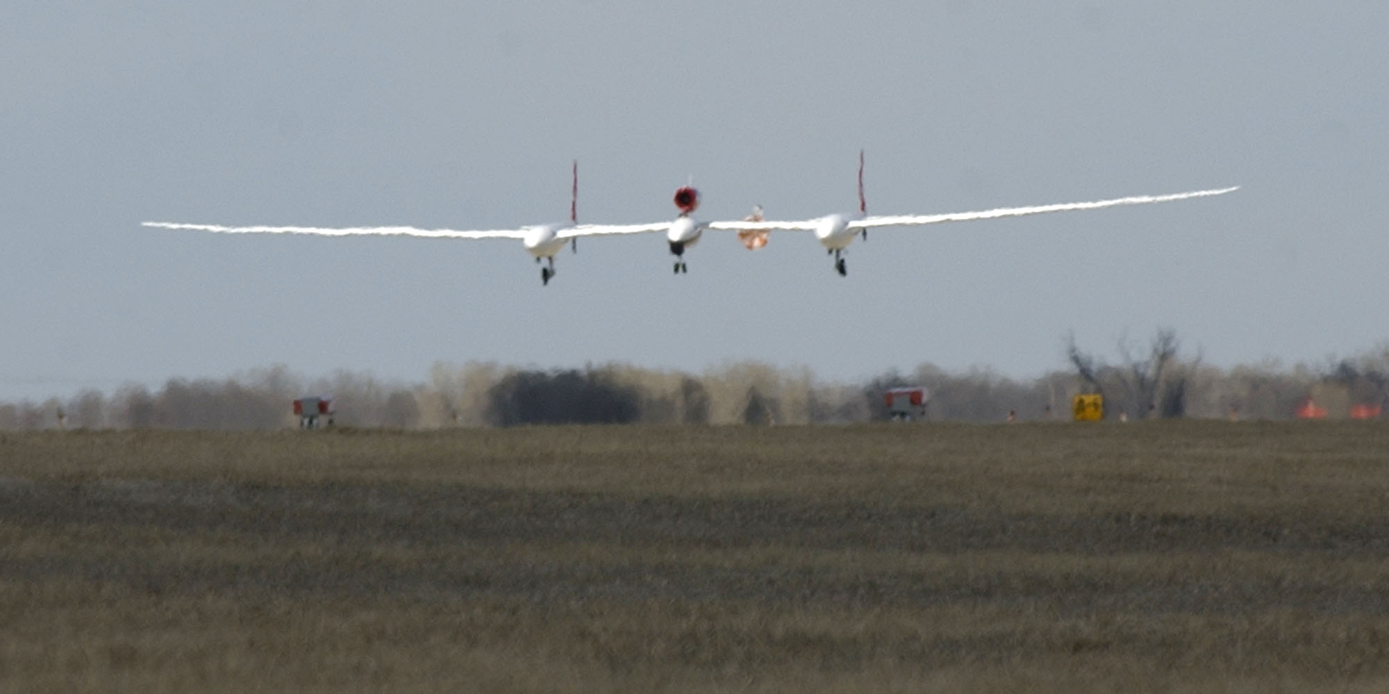 Fossett於2005年3月1日駕駛的「維珍航空環球飛行者」號返回起點Salina機場。文:許振輝/圖:美聯社