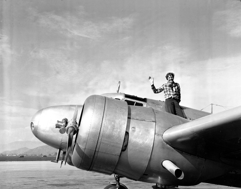 美國女飛行冒險家艾梅莉亞‧厄哈特1932年展開環球飛行,  1932年3月10日從洛杉磯飛到奧蘭多和機組人員會合,準備展開艱鉅的飛行壯舉。文:許振輝/圖:美聯社、USAF、國會圖書館