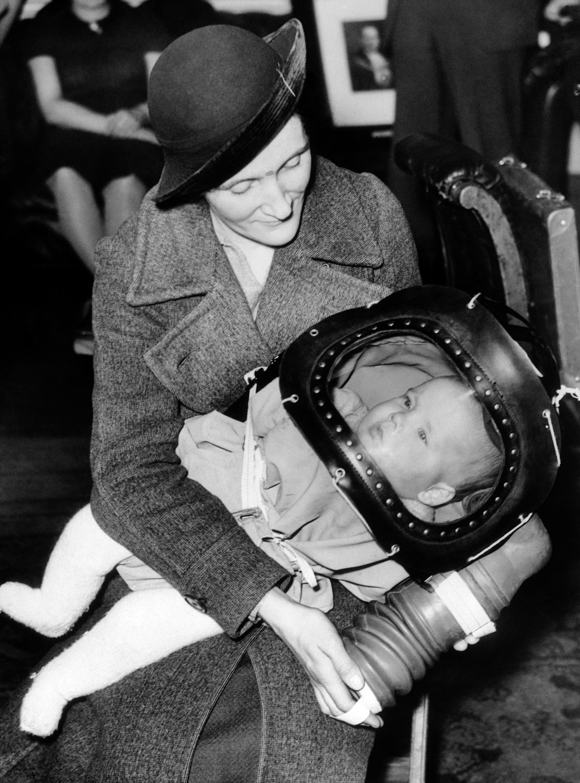 圖1:嬰兒防毒面具。(文:許振輝/圖:美聯社、Daily Record)