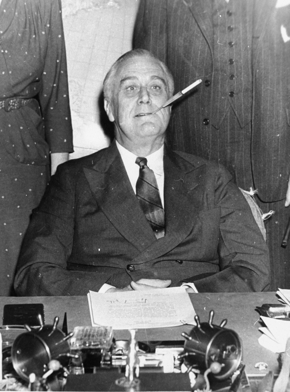 1943年3月4日,羅斯福總統開啟他第11年的白宮主政,記者拍照時,他刻意在嘴角刁著菸。(文:許振輝/圖:美聯社)
