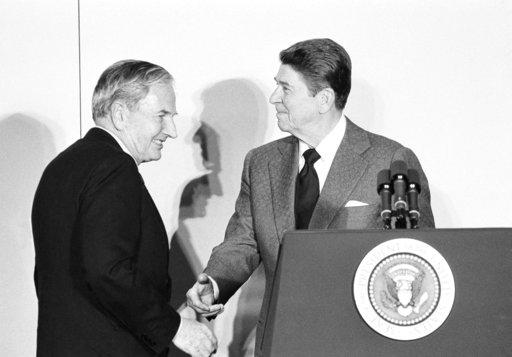 1984年5月大衛•洛克斐勒(左)與雷根總統(右)在華府會面。美聯社檔案照