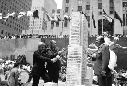 圖為1982年大衛•洛克斐勒(左二)出席洛克斐勒中心50周年活動。美聯社檔案照