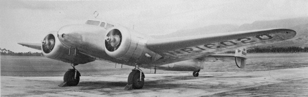 艾梅莉亞‧厄哈特和領航員Fred Noonan駕駛Lockheed  Electra雙引擎飛機挑戰環球飛行。文:許振輝/圖:美聯社、USAF、國會圖書館