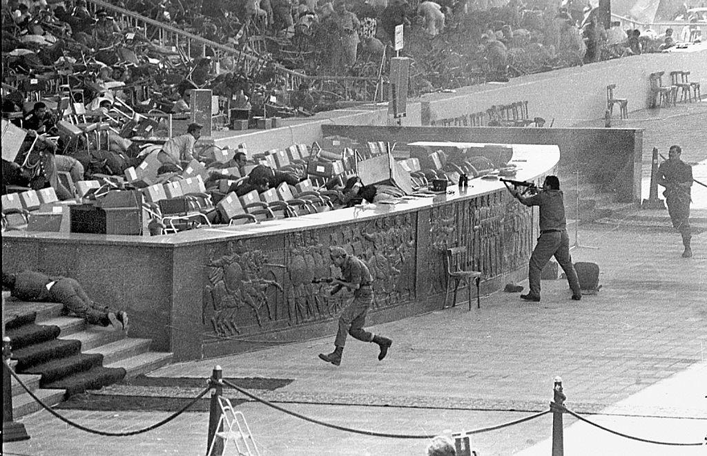 1981年10月6日,沙達特在開羅閱兵典禮上,被士兵刺殺身亡。(Getty Images)