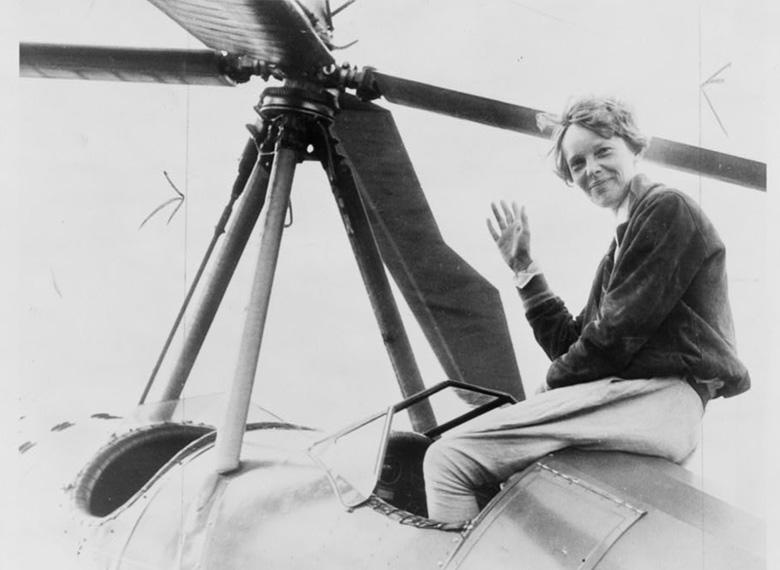 艾梅莉亞‧厄哈特駕著單引擎 Lockheed Vega 5B飛機完成單獨不著陸飛越大西洋的紀錄。文:許振輝/圖:美聯社、USAF、國會圖書館