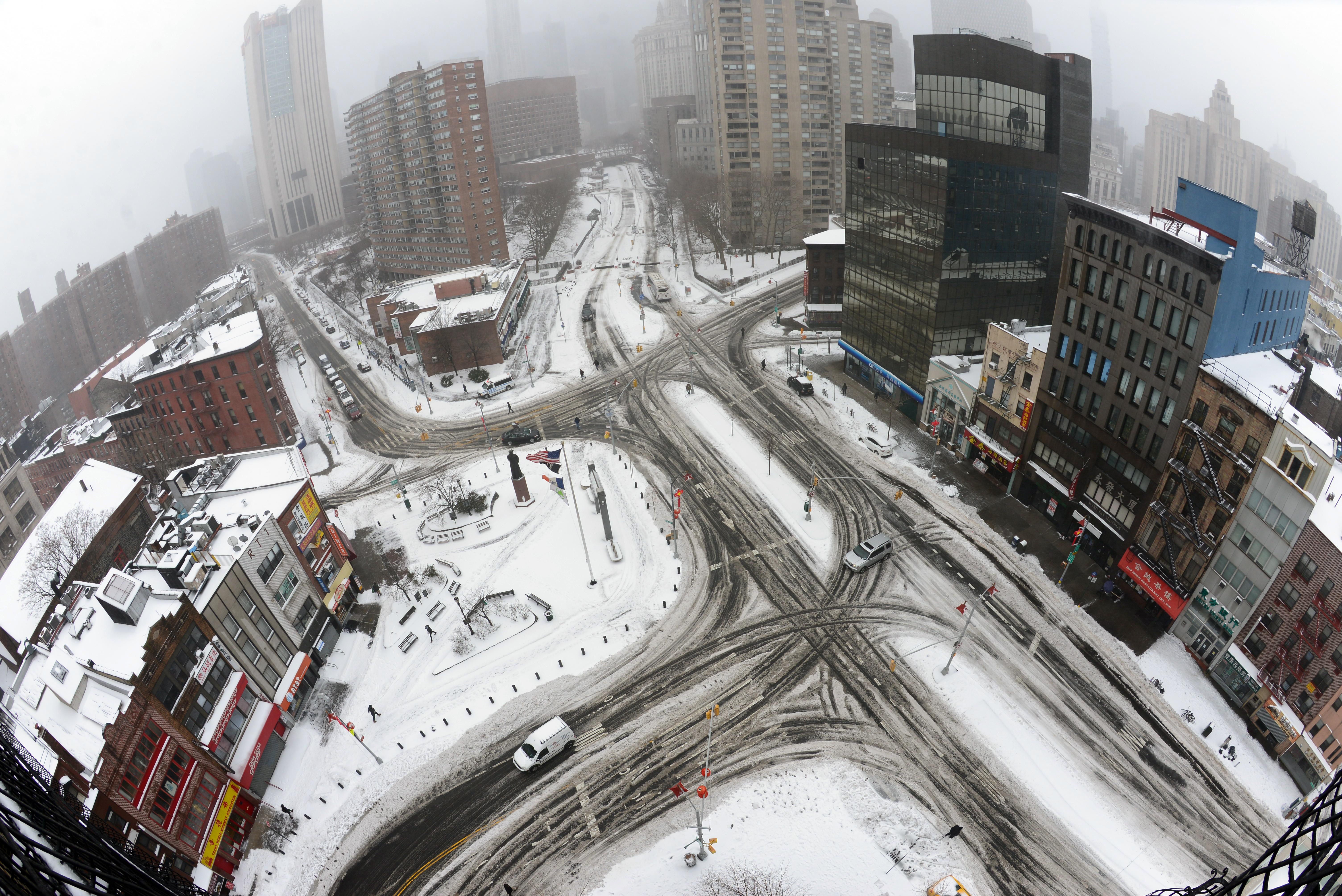 紐約市曼哈頓華埠且林市果(Chatham Square) 四周匯集七條道路,留下車輛駛過的痕跡。(許振輝攝影)