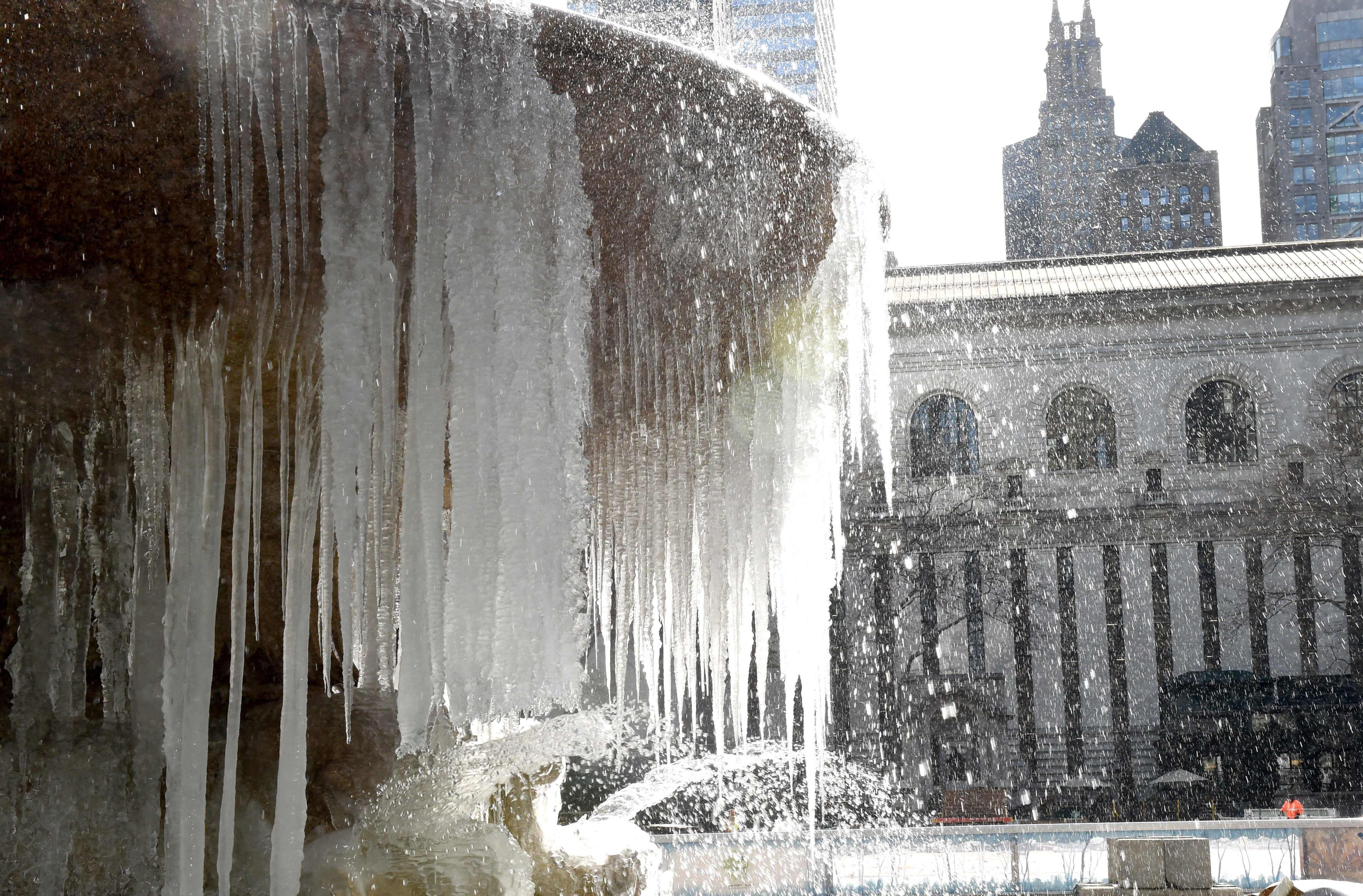 紐約市曼哈頓時報廣場附近萊恩公園(Bryant Park)的噴泉水柱結成冰。(Getty Images)