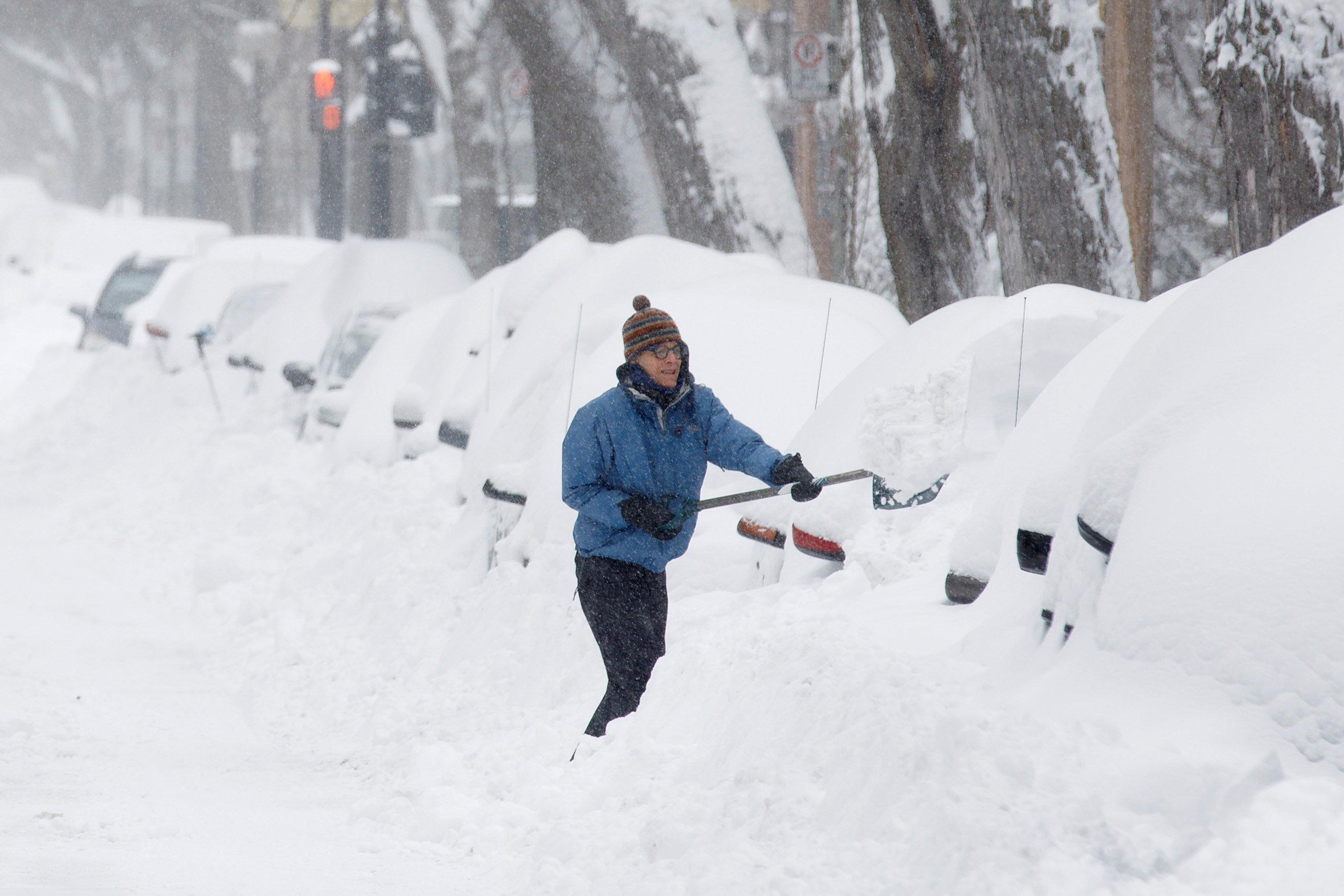 加拿大蒙特婁魁北克市區下了兩呎的積雪量,停在街道的車輛被白雪覆蓋。(路透)