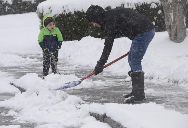 據統計,每年全美約有100人在鏟雪意外死亡,多達1萬1000人受傷。(美聯社)